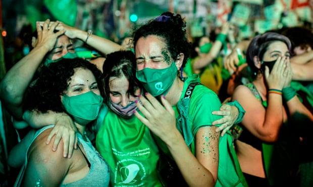 Активістки святкують після того, як Сенат Аргентини проголосував за легалізацію абортів