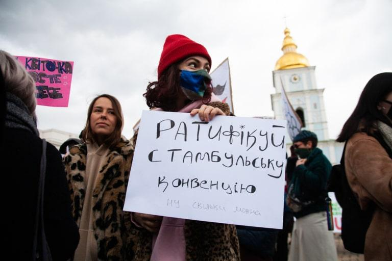 Учасниця Маршу жінок-2021 з плакатом про ратифікацію Стамбульської конвенції