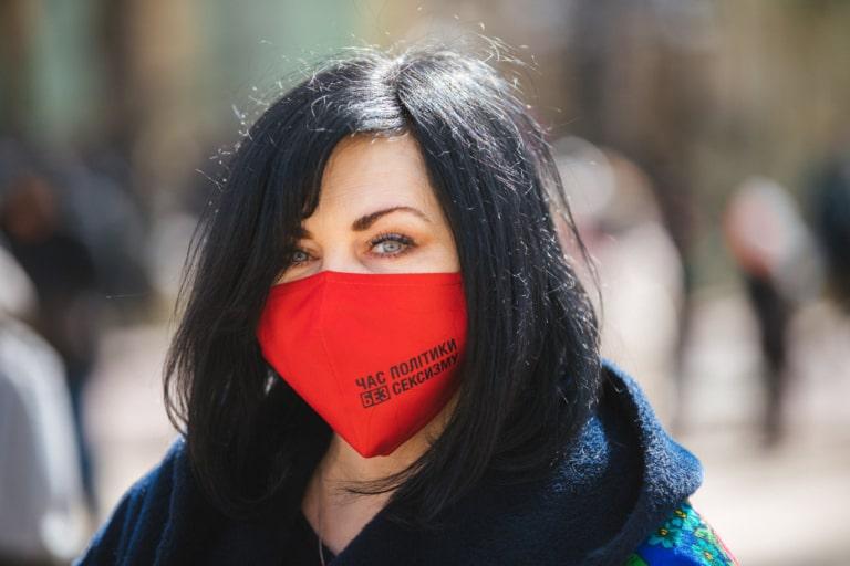 """Учасниця Маршу жінок у масці """"Час політики без сексизму"""""""