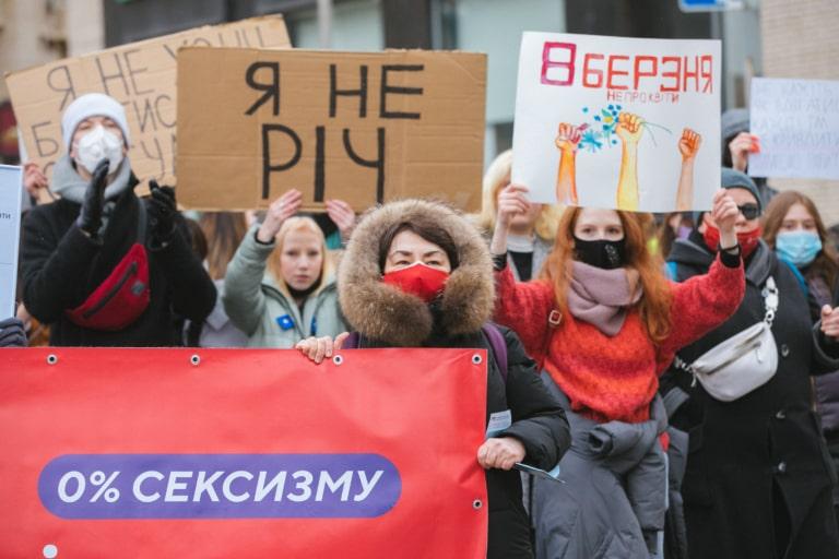 Громадська діячка Лариса Кобелянська із банером