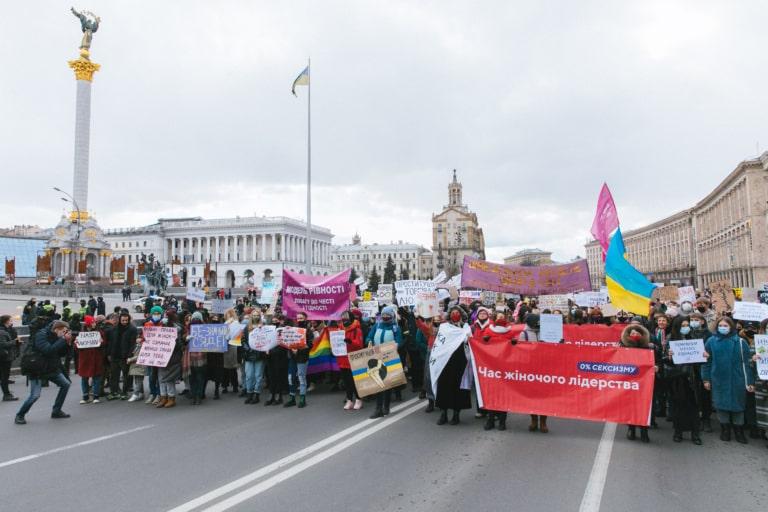 Учасники та учасниці Маршу жінок крокують Майданом Незалежності