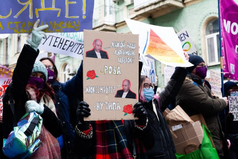 Учасниці Маршу жінок із плакатом про Розу Люксембург
