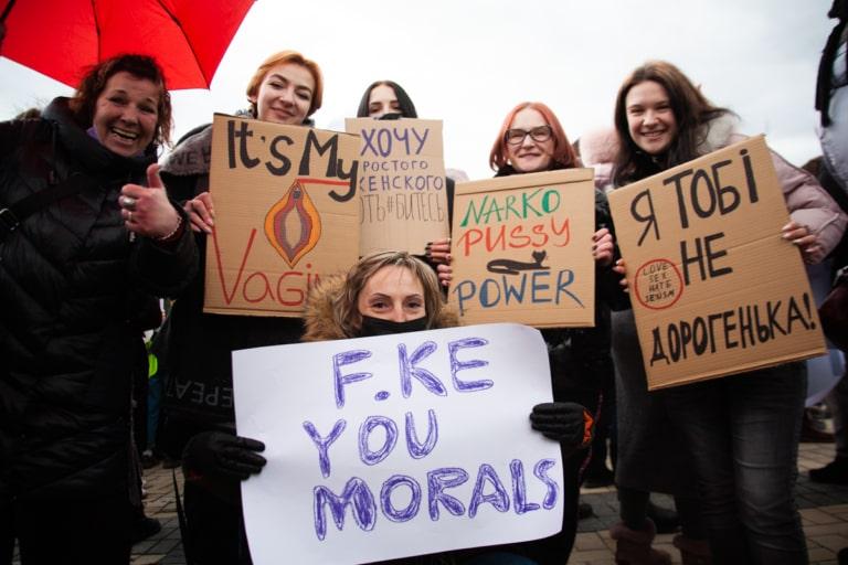 Учасниці Маршу жінок із плакатами