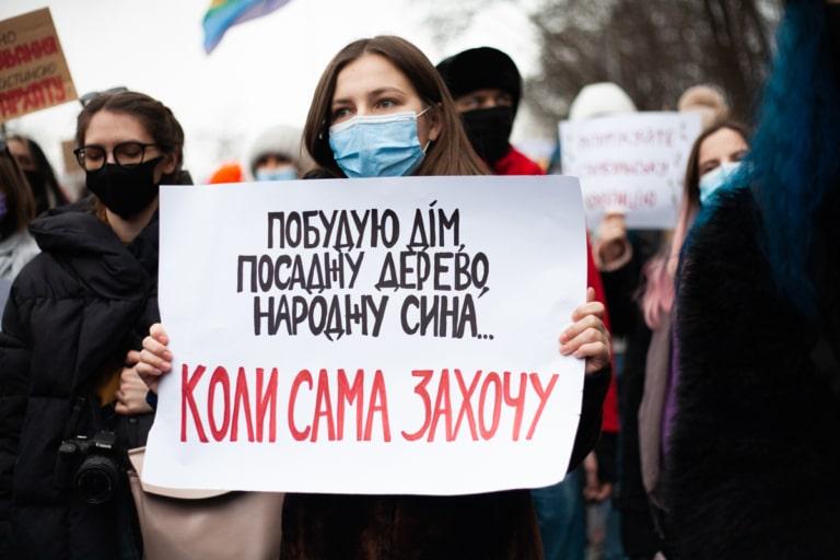 Учасниця Маршу жінок із плакатом про вибір жінки