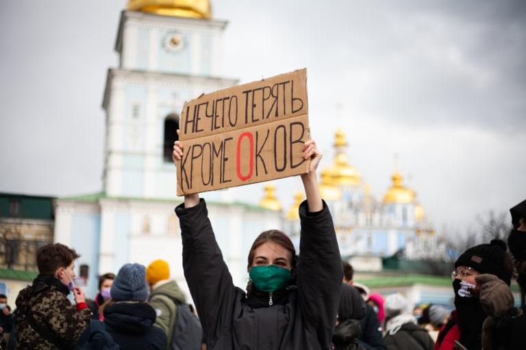 """Учасниця Маршу жінок із плакатом """"Нам нічого втрачати крім оков"""""""