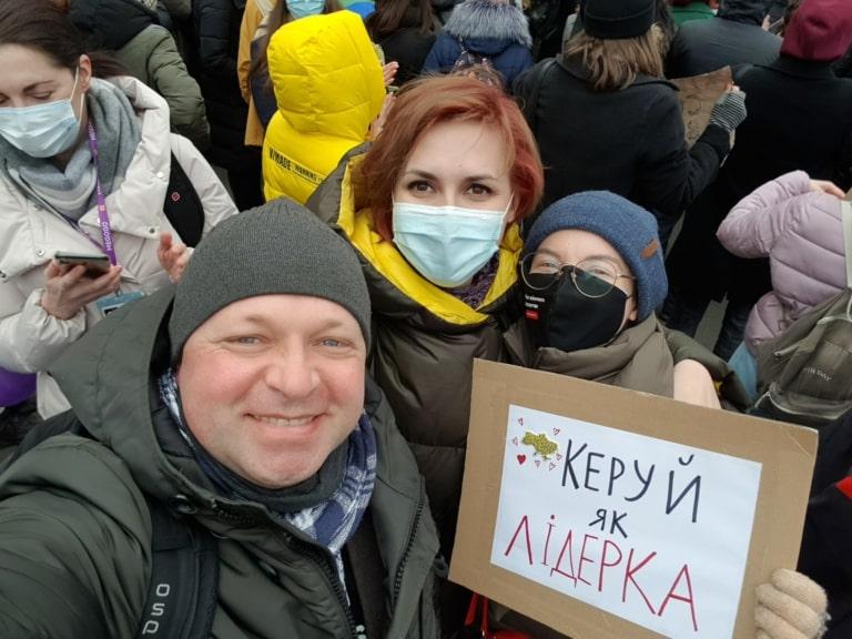 """Ірина Славінська із плакатом """"Керуй як лідерка"""""""