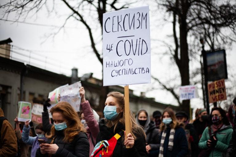 """Учасниця Маршу жінок із плакатом """"Сексизм - це COVID нашого суспільства"""""""